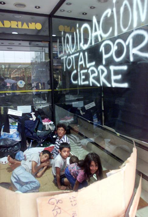 Niños que pasan la noche en las calles de Buenos Aires