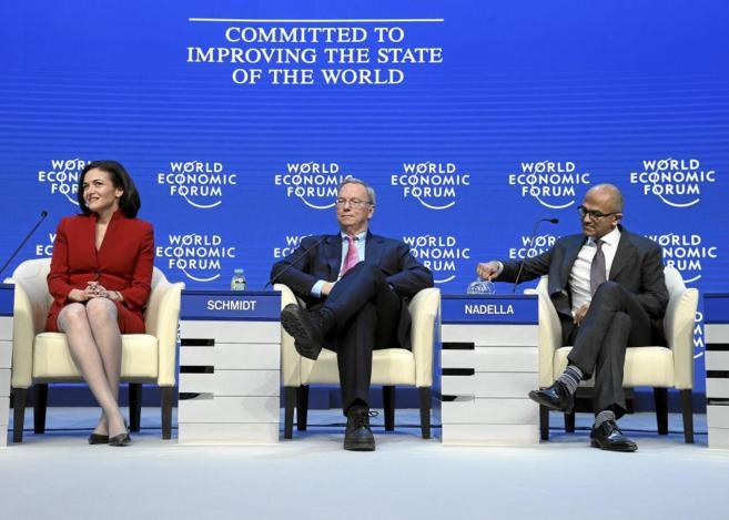 Eric Schmidt, consejero delegado de Google (en el centro), durante la...