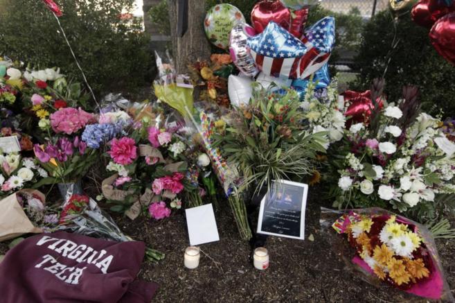 Flores, velas y globos en homenaje a los dos periodistas asesinados en...