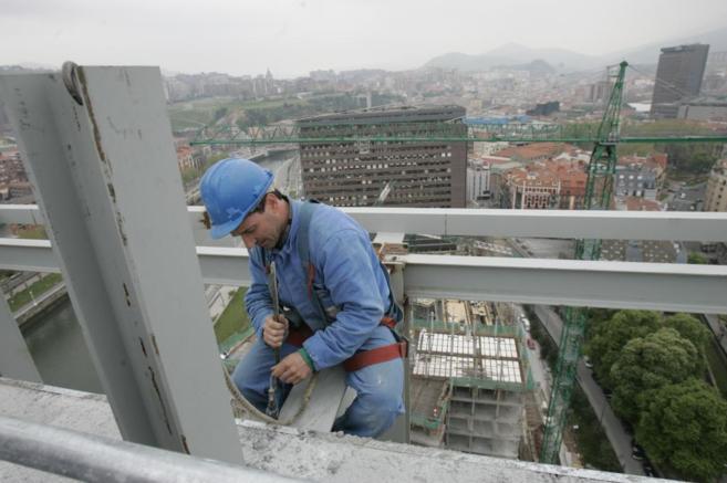 Un obrero trabaja en las obras de construcción de una torre