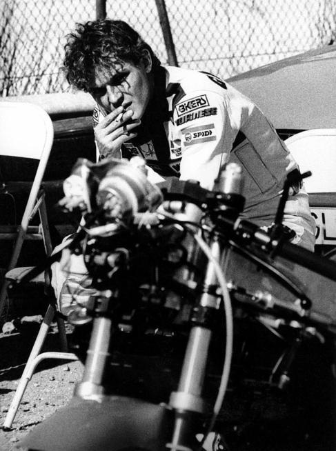 Garriga en su moto fumando un cigarro.