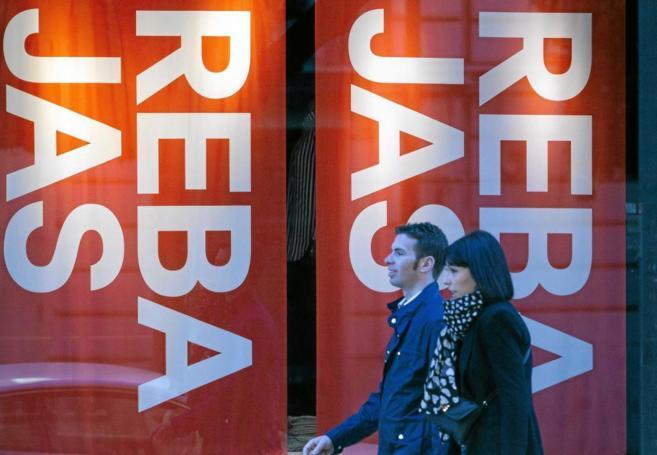 Carteles en las tiendas de Valencia anuncian las rebajas