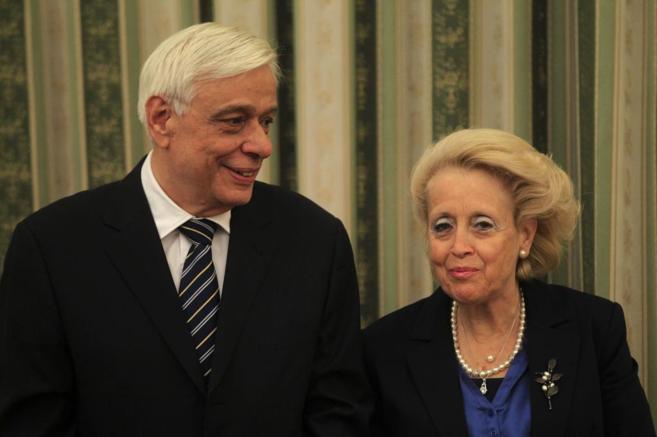 El presidente griego, Prokopis Pavlópulos (izda), y la primera...