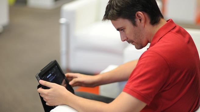 Un empresario sostiene una tableta