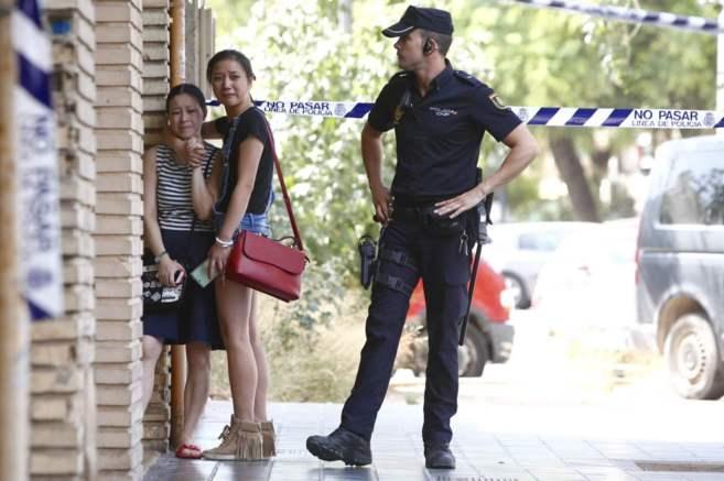 Dos familiares de las víctimas se abrazan a las puertas del edificio.
