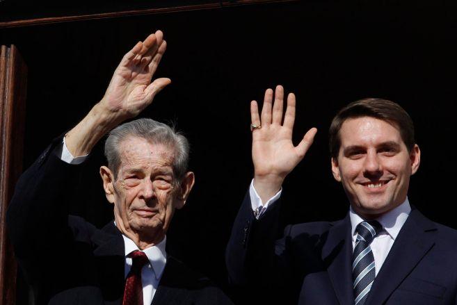 Abuelo y nieto, saludando a la sociedad rumana.