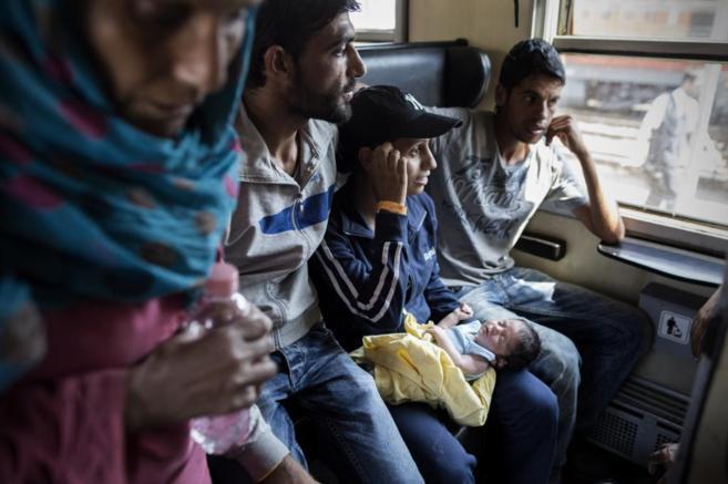 Amani, siria de 16 años, sostiene en sus brazos a su hija Hadi de 15...