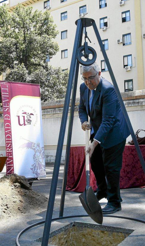 Ramírez de Arellano coloca la primera piedra de la biblioteca.