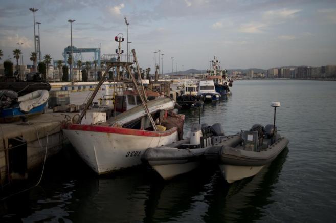 Dos pequeñas embarcaciones (dcha.) confiscadas por la Guardia Civil...