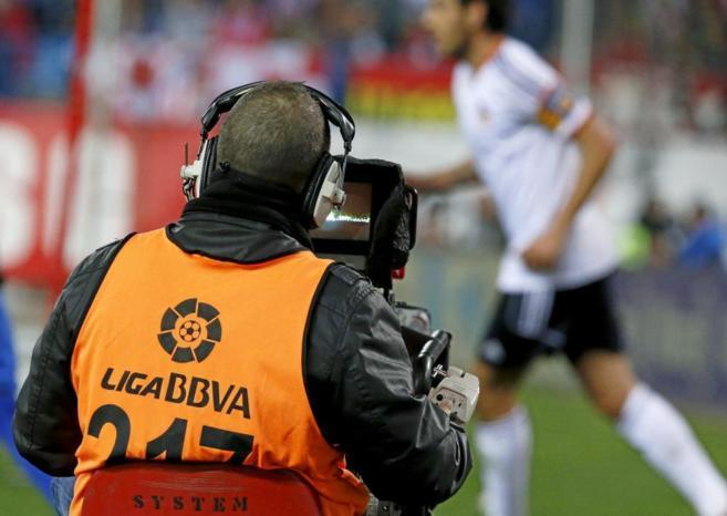 Un cámara graba imágenes en un partido de la temporada pasada.