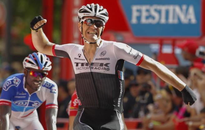Jasper Stuyven celebrando su victoria en la etapa