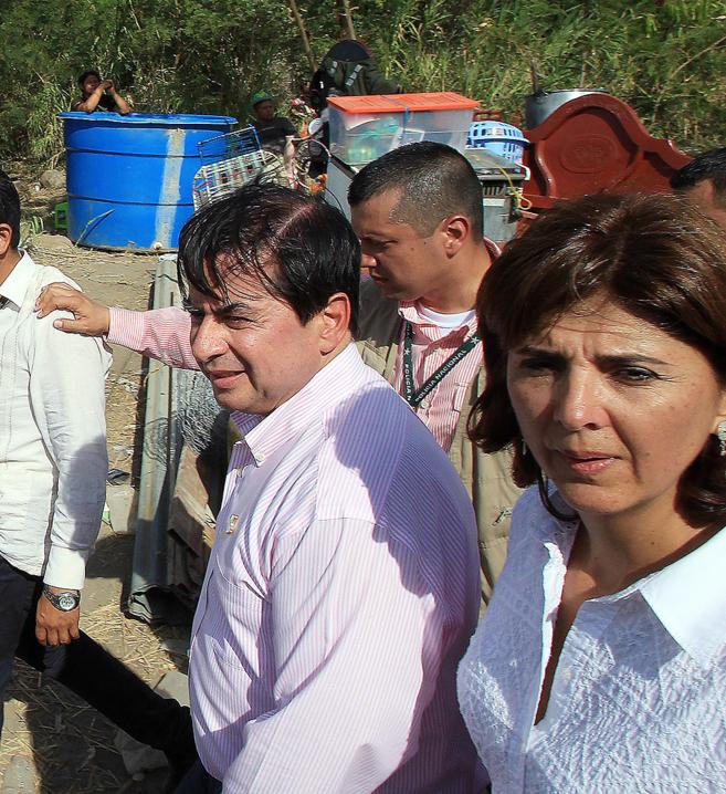El ministro colombiano del Interior, Juan Fernando Cristo (izquierda),...