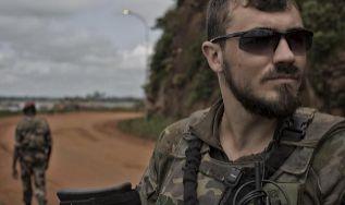 Dos militares, en una carretera en Bangui.