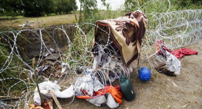 Objetos personales que se han quedado en la valla que levanta...