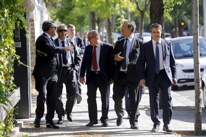 Un grupo de accionistas del Corte Inglés acude a la Junta General de...