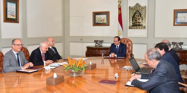 El presidente egipcio, Abdelfatah al Sisi, con el director ejecutivo...