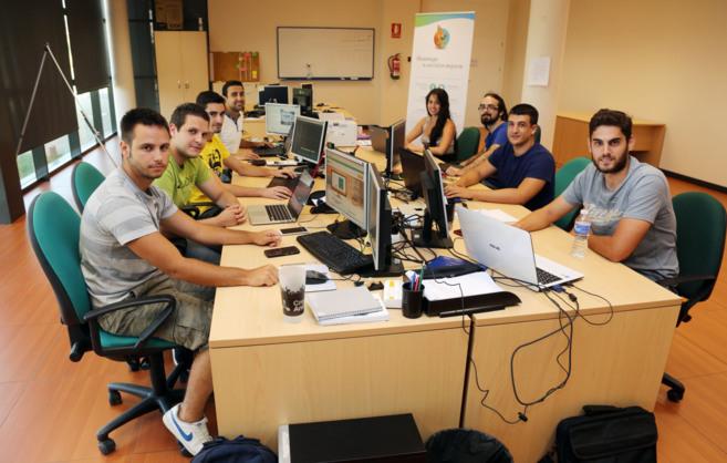 Trabajadores de la empresa malagueña Securekids, en su sede.