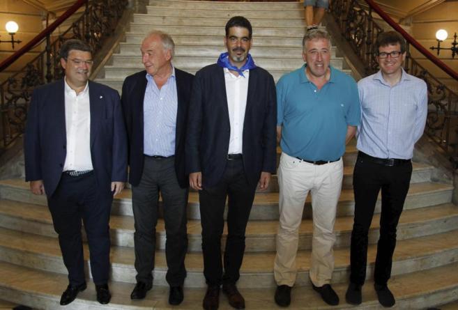 Joseba Asirón (segundo por la derecha), junto a los alcaldes de San...