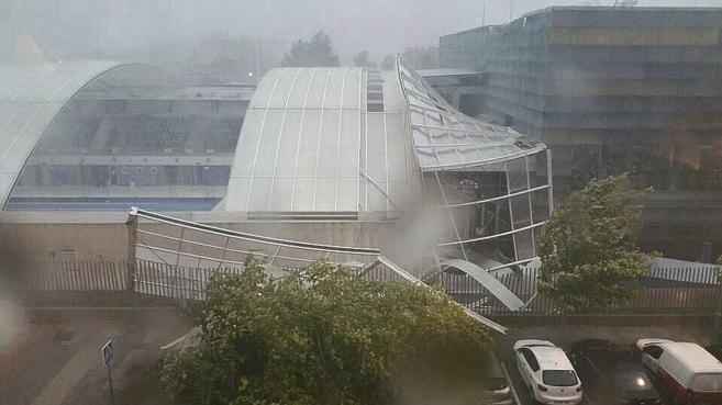 La cubierta del polideportivo tras la tormenta.