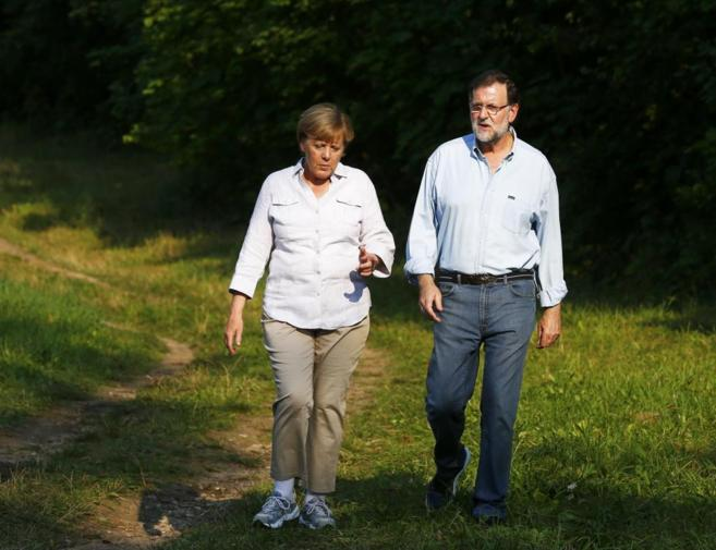 Angela Merkel y Mariano Rajoy pasean por los alrededores del castillo...