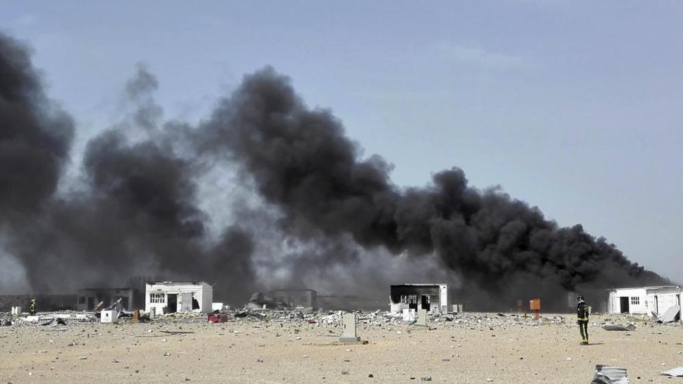 Una enorme columna de humo cubre las instalaciones donde se ha...