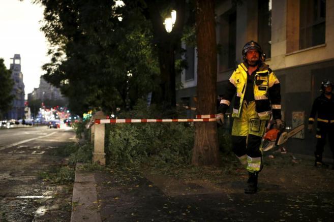 Tras el temporal en Madrid, los bomberos intervienen en Calle Alcalá