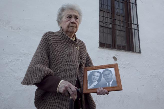 Pepita Patiño sostiene una foto junto a Jaime Cuello junto a la...