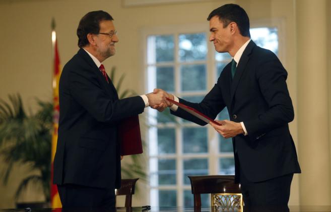 El presidente del PP, Mariano Rajoy,  junto al líder del PSOE, Pedro...