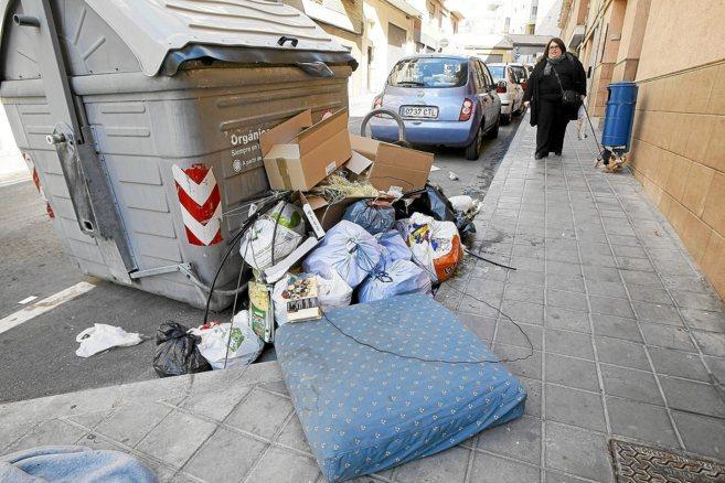 Basura acumulada en el contenedor de un céntrico barrio de Alicante.
