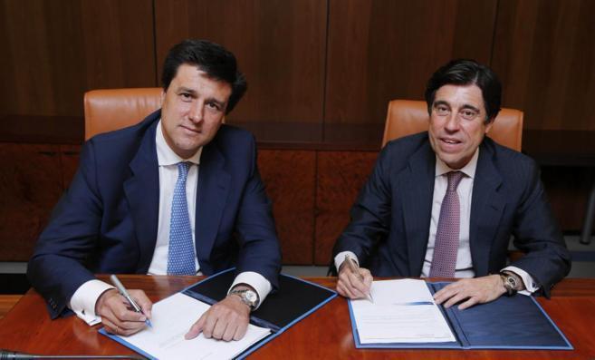 Ismael Clemente (izda), presidente de Merlin Properties, y Manuel...
