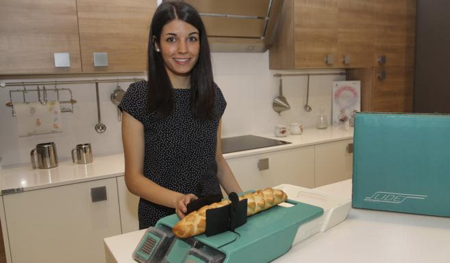 Elena Narro muestra una maqueta de la tabla de corte.