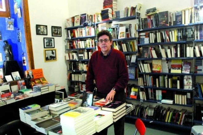 Paco Camarasa en su librería.