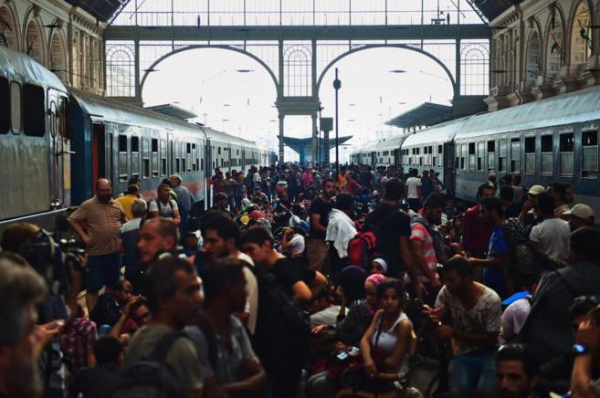 Cientos de refugiados se agolpaban hoy en la estación de trenes de...