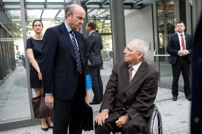 El ministro de Economía español, Luis De Guindos (iz) y el ministro...