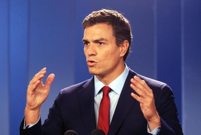 Pedro Sánchez habla con los medios de comunicación durante un...