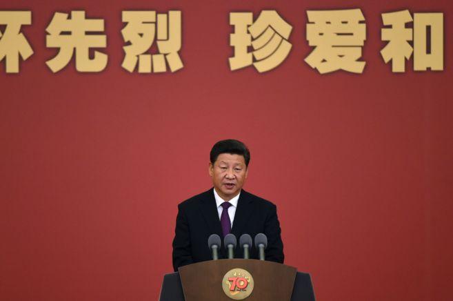 El presidente Xi Jinping da un discurso en una ceremonia por el 70...
