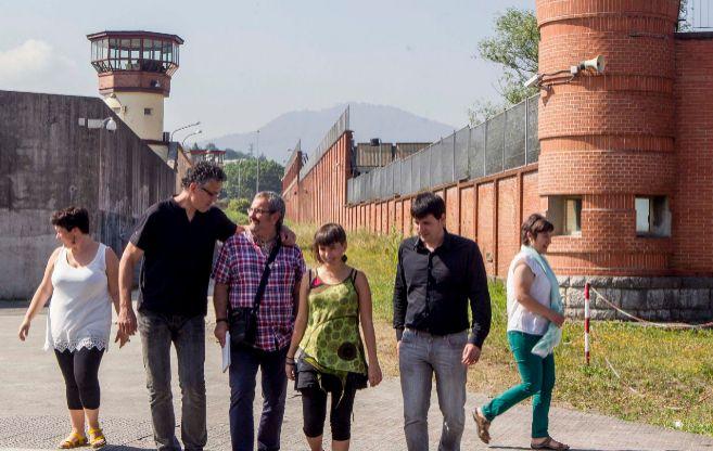 Julen Mendoza, a la derecha, tras realizar una visita a presos...