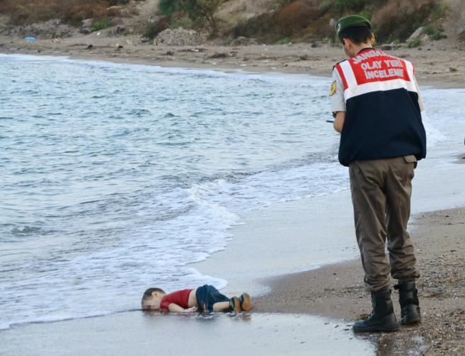 Un policía observa el cadáver de uno de los menores fallecidos en la...