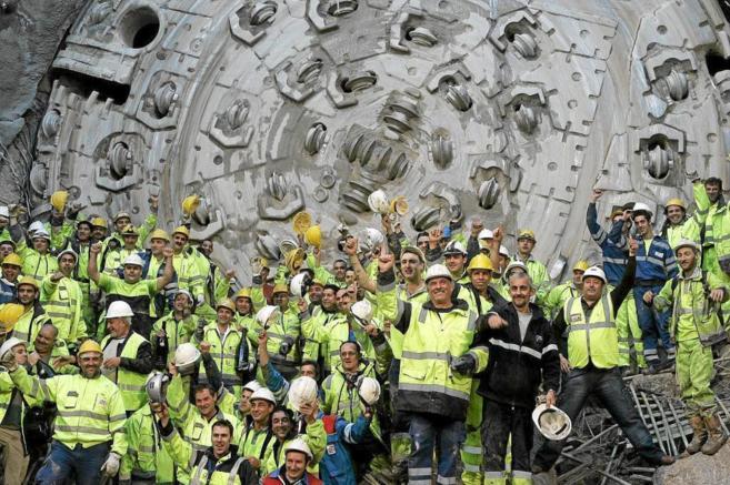 Los trabajadores del túnel de Portús posan al finalizar uno de los...