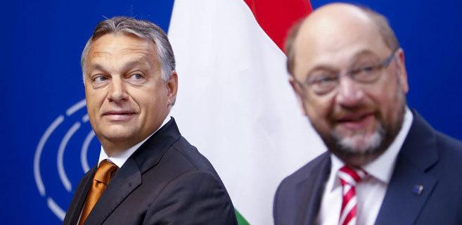 El presidente del Parlamento, Martin Schulz (d), y el primer ministro...