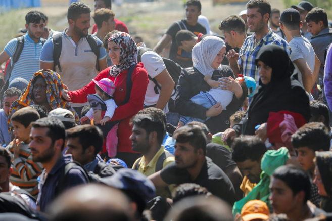 Cientos de refugiados tratan de cruzar la frontera entre Macedonia y...