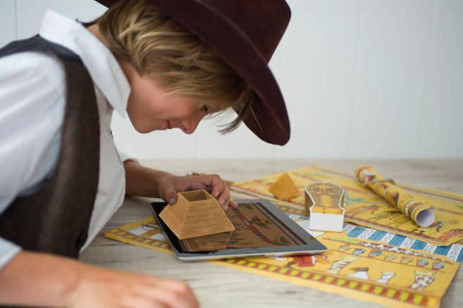 Un niño juega con uno de los productos que Mahei ha desarrollado para...