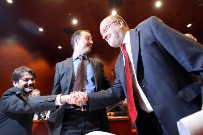 Oriol Pujol y Àngel Colom, dirigente de Nous Catalans, se saludan en...