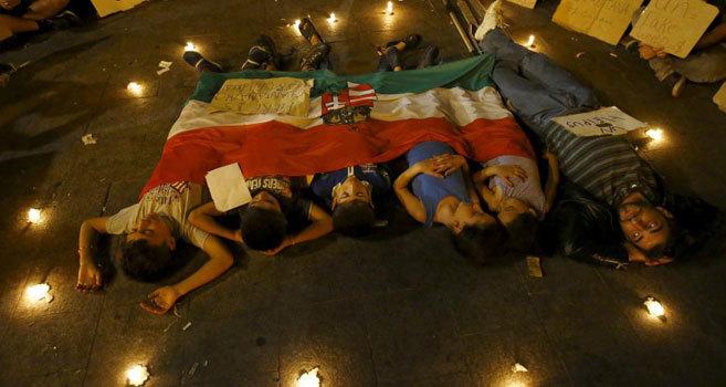 Varios niños y adultos duermen a las puertas de la estación de...