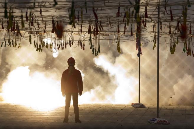 Un pirotécnico dispara una 'mascletà' en la plaza del...