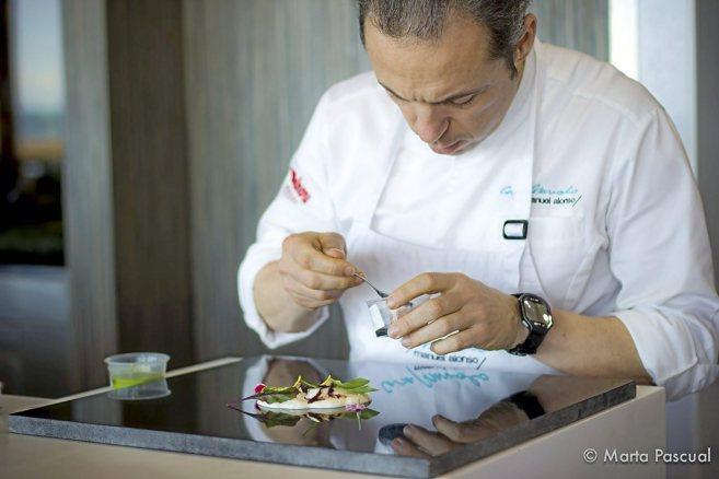 Alonso prepara uno de sus platos en el restaurante Casa Manolo.