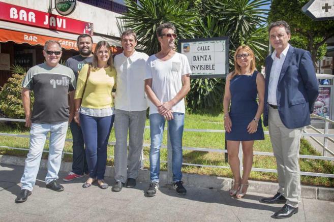 Los miembros de Danza Invisible, junto al alcalde de Torremolinos.