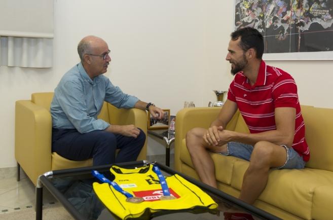Reunión entre el diputado provincial de Deportes, Luis Martínez, y...