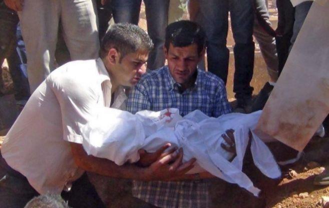Abdulá, padre de Aylán, en el entierro de su hijo en Kobane.