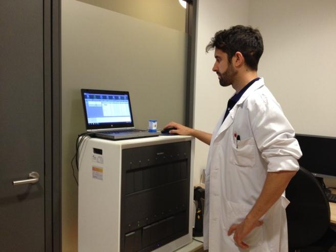 Un enfermero de BCN Checkpoint realiza la nueva prueba de VIH.